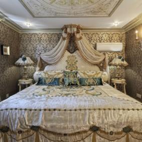 Зеркало в позолоченной раме на стене спальной комнаты
