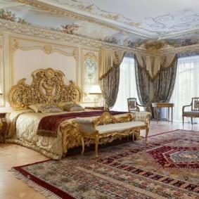 Большая спальня в частном доме