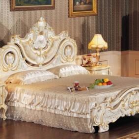 Блюдо с фруктами на широкой кровати