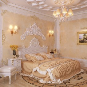 Декор гипсовой лепниной стен в спальной комнате