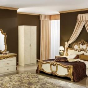 Темно-коричневые стены спального помещения