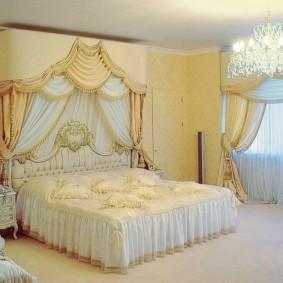 Жесткие ламбрекен над двухспальной кроватью
