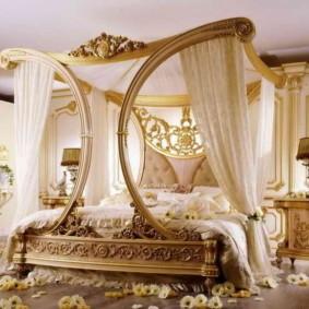 Балдахина с деревянным каркасом в спальной комнате