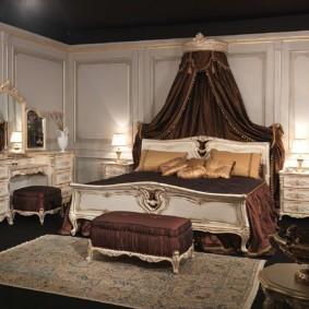 Дорогой текстиль в спальной комнате