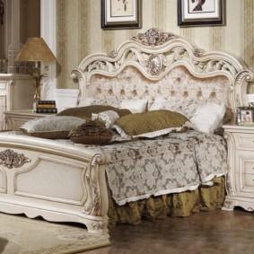 Фигурная резьба на спинке кровати