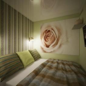 Полосатые обои на стене спальни