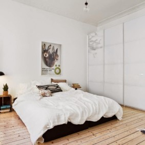 Светлая спальня с деревянным полом
