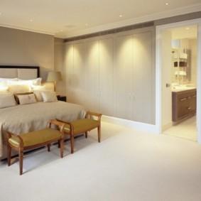 Светлый пол просторной спальни