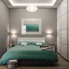 Бирюзовое покрывало на кровати в спальне