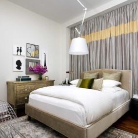 Занавески с полоской в спальной комнате