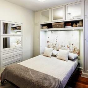 Шкаф над кроватью в спальне