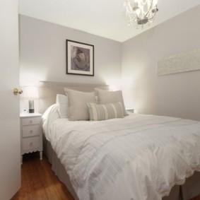 Небольшая спальня с белыми стенами