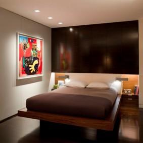 Декор стены спальни ярким постером