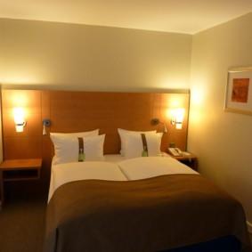 Широкая кровать в узкой спальне