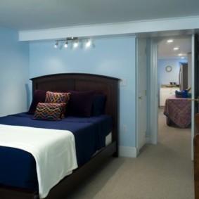 Голубые стены небольшой спальни