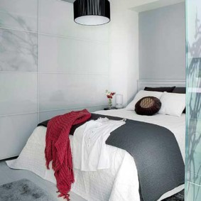 Бардовая шаль на женской кровати
