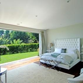 Панорамное окно в большой спальне