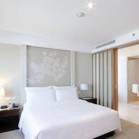 Белое белье на кровати в спальне