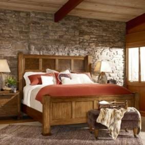 Каменная отделка стены в спальне