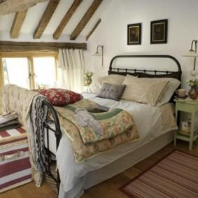 Спальня в мансарде частного дома