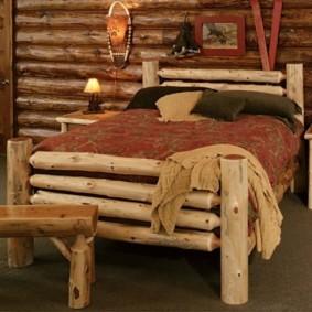 Деревенская кровать из тонких бревен