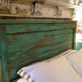 Состаренная поверхность изголовья кровати