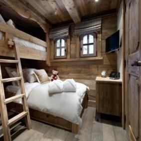 Приставная лесенка в интерьере спальни