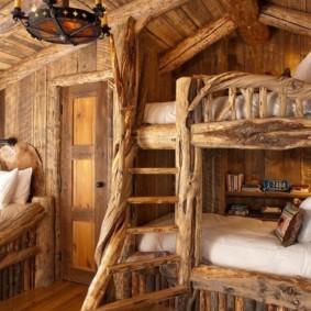 Винтажные кровати в деревянной избе