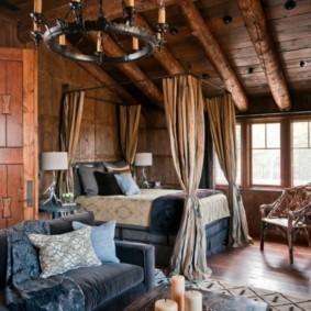 Деревянные балки перекрытий на потолке спальни