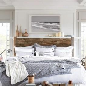 Деревянная кровать в светлой спальне
