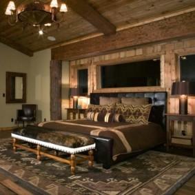 Массивная люстра на деревянном потолке