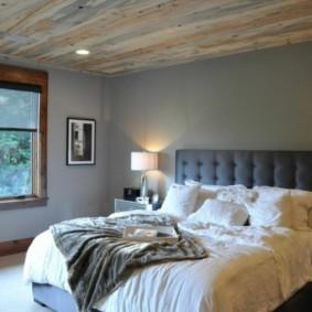 Спальное помещение с деревянным потолком