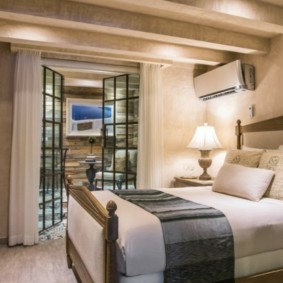 Два матраса на деревянной кровати