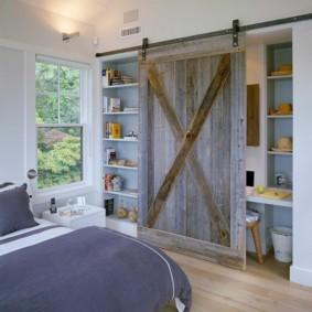 Сдвижная дверь на шкафу в спальне