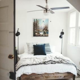 Серо-белый коврик перед кроватью