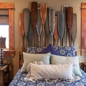 Старые деревянные весла над изголовьем кровати
