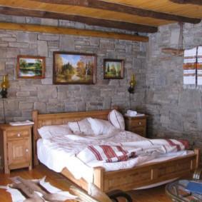 Декор картинами стены спальни