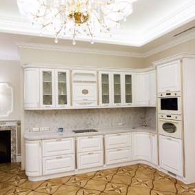 Люстра в угловой кухне классического стиля