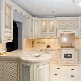 Г-образная кухня светлого цвета