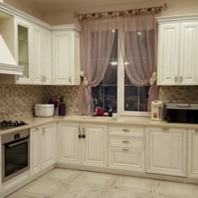 Прозрачные занавески на окне кухни