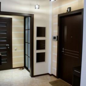 Черные двери в коридоре квартиры