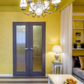 Желтые стены в маленькой гостиной