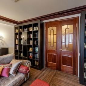 Книжные стеллажи в гостиной комнате