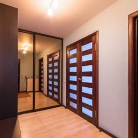 Зеркальный шкаф в прихожей квартиры