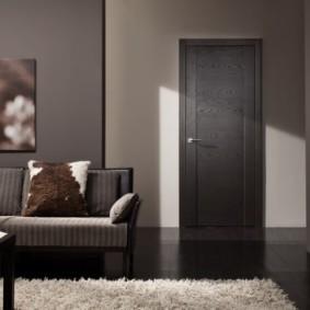 Серый ковер с длинным ворсом