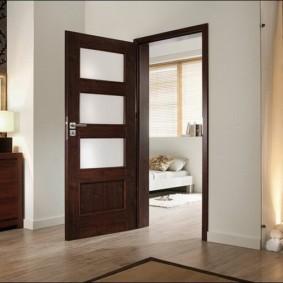 Открытая дверь темного цвета