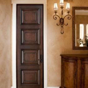 Узкая дверь из массива дуба
