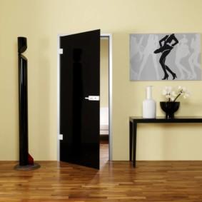 Черное-белая картина на стене гостиной