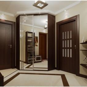 Зеркальные дверцы платяного шкафа