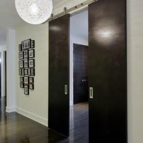 Сдвижные двери темного цвета